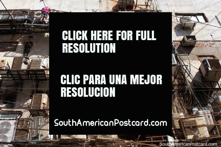 Acondicionador de aire infierno! Una imagen increíble en Ciudad del Este, cables y más cables. (720x480px). Paraguay, Sudamerica.