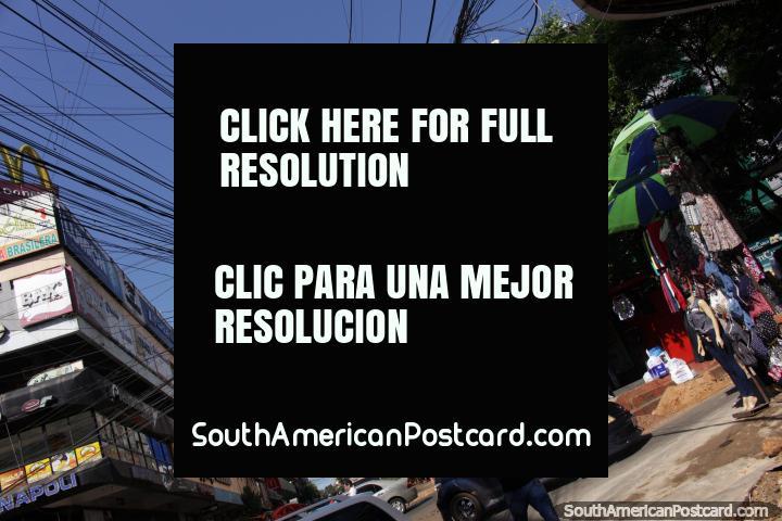 Quadros de avisos e cartazes e alamedas de compras, Cidade do Este é a cidade para fazer compras no Paraguai. (720x480px). Paraguai, América do Sul.