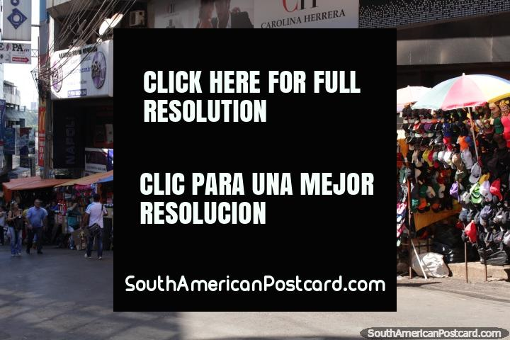 Jandals e gorros de venda na rua em Cidade do Este. (720x480px). Paraguai, América do Sul.