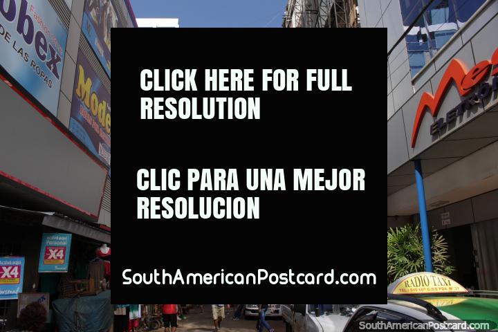 As ruas alinham-se com alamedas muito altas e lojas em todo lugar em Cidade do Este. (720x480px). Paraguai, América do Sul.