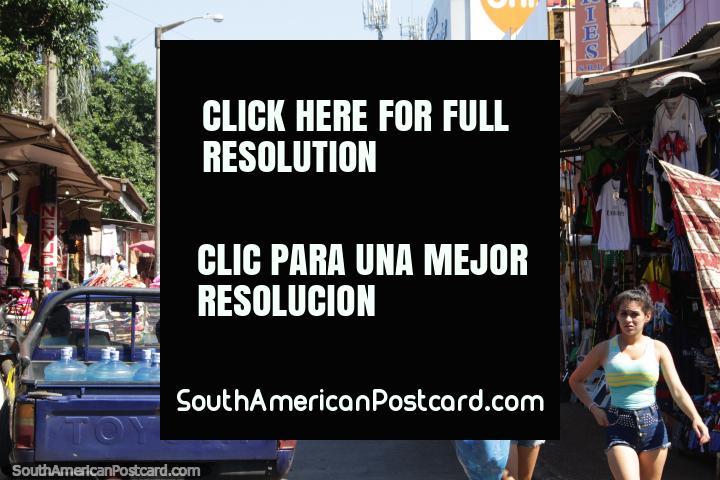 Um par de bonitas meninas faz compras em Cidade do Este. (720x480px). Paraguai, América do Sul.