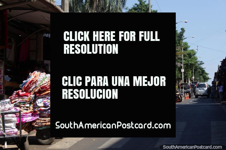 Mantas y ropa llegan a los puestos de venta ambulante en carros en Ciudad del Este. (720x480px). Paraguay, Sudamerica.