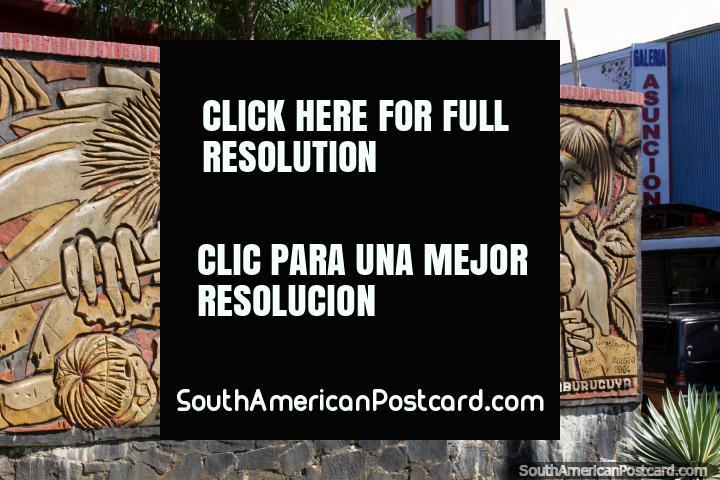 Una escena de la batalla indígena, mural esculpido en Ciudad del Este. (720x480px). Paraguay, Sudamerica.