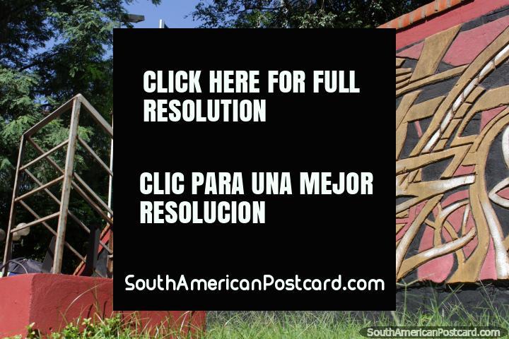 Ciudad del Este tiene muchos murales de piedra tallada de arte como esta en el centro. (720x480px). Paraguay, Sudamerica.