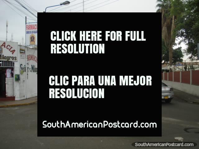 Visão de uma rua do lado em Camana com táxi de bicicleta de primeiro plano. (640x480px). Peru, América do Sul.