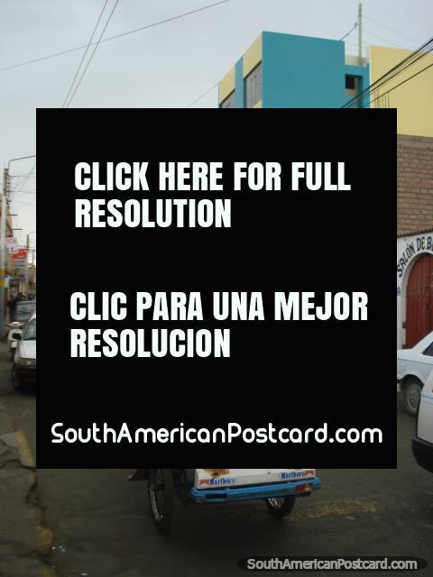 Uma rua ocupada em Camana cheio de táxis de bicicleta. (480x640px). Peru, América do Sul.