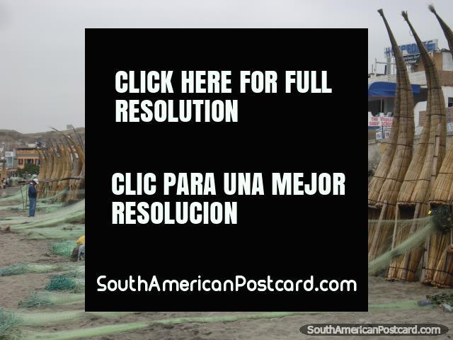 Pescadores que adquirem as redes prontas nos barcos de banana de Huanchaco. (640x480px). Peru, América do Sul.