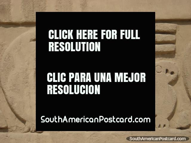 Paredes de Chimu de tijolo construïdo com adobes com desenhos fincados em Chan Chan. (640x480px). Peru, América do Sul.