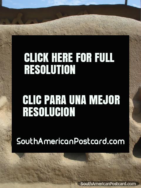 As formas lisas e arredondadas e superfïcies do tijolo construïdo com adobes de Chan Chan. (480x640px). Peru, América do Sul.