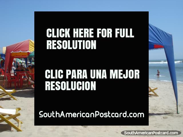 Aquela descontração que se sente em praia de Mancora que se senta abaixo de um belvedere. (640x480px). Peru, América do Sul.