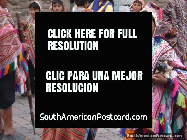 Ropa indígena de Perú llevado por un grupo de niños en celebraciones de Cusco. (640x480px). Perú, Sudamerica.
