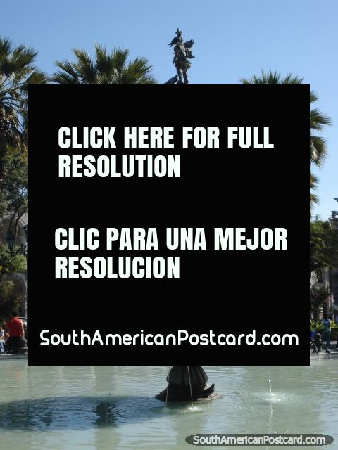 Bela fonte no Praça de Armas em Arequipa. (480x640px). Peru, América do Sul.