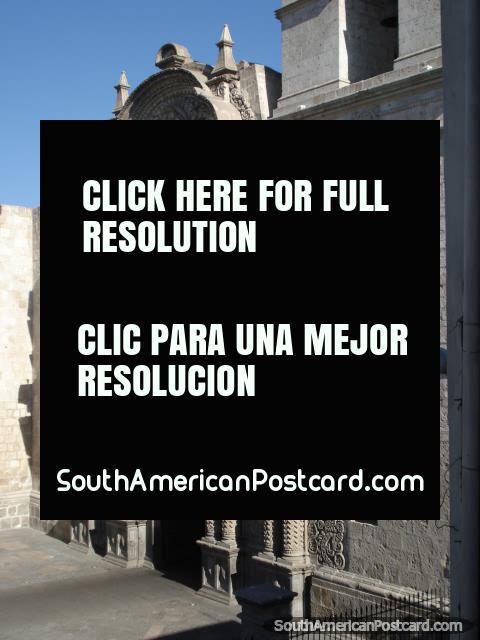 A entrada traseira na catedral em Arequipa praça. (480x640px). Peru, América do Sul.