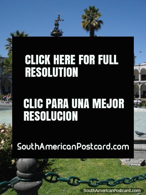 La fuente y fondo en Arequipas plaza. (480x640px). Perú, Sudamerica.