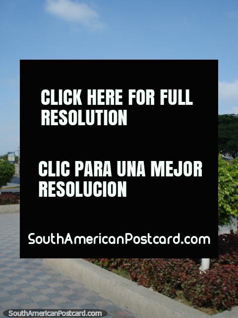Estátua, jardins e modelo verificado em uma praça pública de Chiclayo. (480x640px). Peru, América do Sul.
