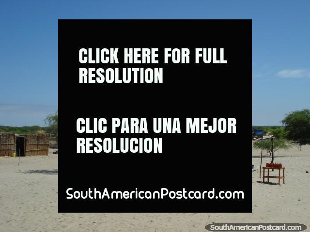 Unas bebidas están de pie en medio del desierto al sur de Piura. (640x480px). Perú, Sudamerica.