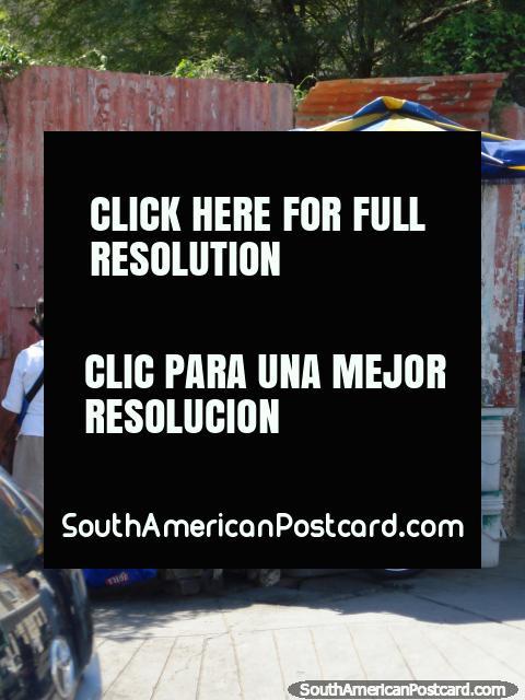 O suco de fruta fresca está em uma esquina de rua em Piura. (480x640px). Peru, América do Sul.