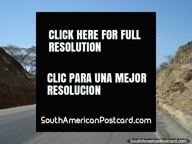 The road heading down into Mancora north of Talara. (640x480px). Peru, South America.