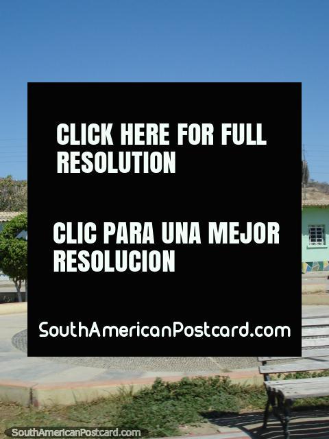 Monumento de livro aberto para o norte fora de Mancora. (480x640px). Peru, América do Sul.
