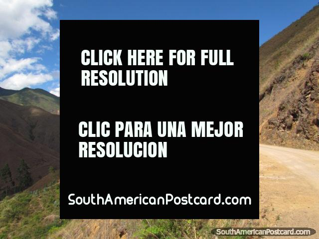 Road along the mountain ridge to Celendin from Leymebamba. (640x480px). Peru, South America.