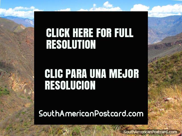 As cadeias de montanhas vermelhas rochosas assombrosas entre Leymebamba e Celendin. (640x480px). Peru, América do Sul.