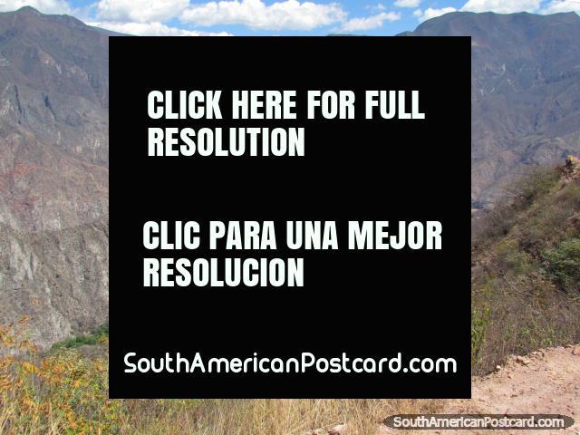 Dominando el camino que serpentea a través del terreno rocoso a Celendin. (640x480px). Perú, Sudamerica.