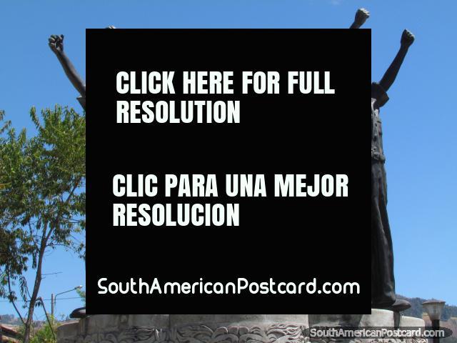 La guerra de San Pablo (1882) monumento en Cajamarca, 3 hombres sostienen puños en el aire. (640x480px). Perú, Sudamerica.