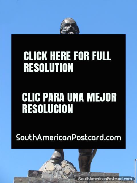 El héroe militar Francisco Bolognesi Cervantes (1816-1880), monumento en Cajamarca. (480x640px). Perú, Sudamerica.