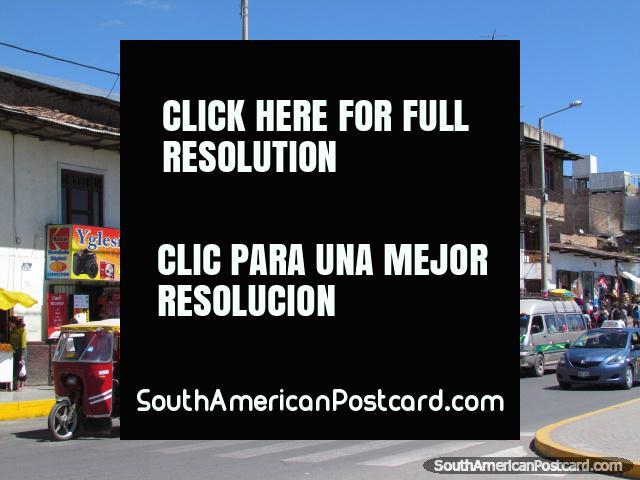 Rua movimentada com mercados e lojas em Cajamarca. (640x480px). Peru, América do Sul.