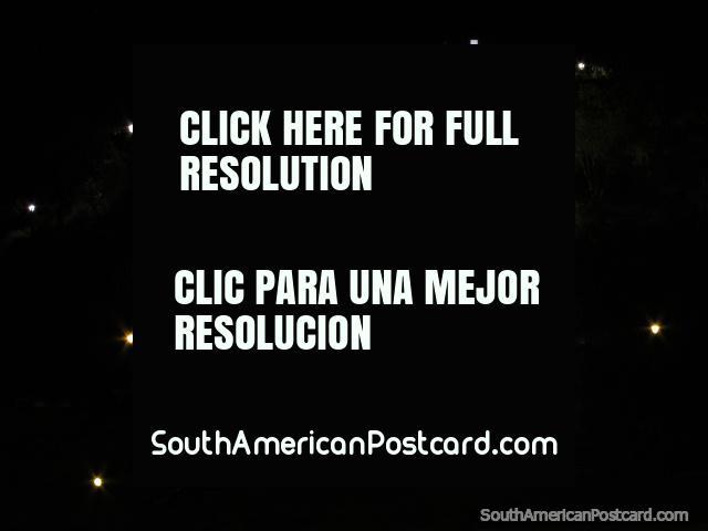 Igreja, cruz e luzes da Colina Santa Apolonia em Cajamarca a noite. (640x480px). Peru, América do Sul.