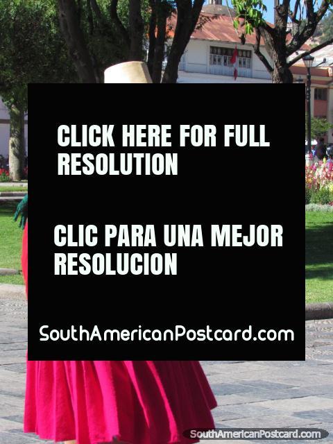 Mulher indïgena em roupa viva em Cajamarca. (480x640px). Peru, América do Sul.