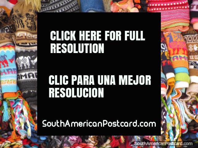 Chapéus lanosos peruanos coloridos de venda na rua em Cajamarca. (640x480px). Peru, América do Sul.
