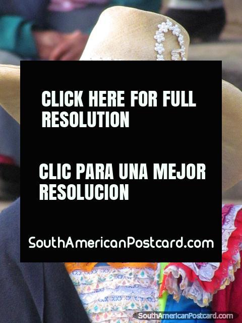 Una mujer de Huamachuco se vistió en telas brillantes. (480x640px). Peru, Sudamerica.