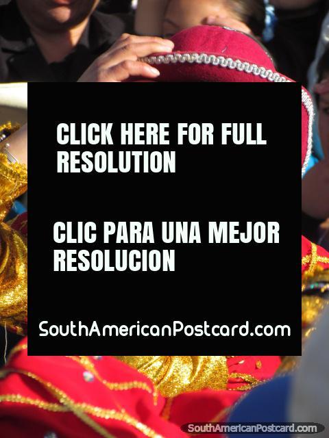 Mujer con sombrero rojo y traje rojo/de oro en Feria Patronal en Huamachuco. (480x640px). Peru, Sudamerica.
