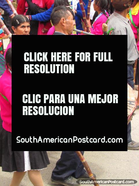 O homem toca o tambor na pompa de rua celebrtaions em Huamachuco. (480x640px). Peru, América do Sul.