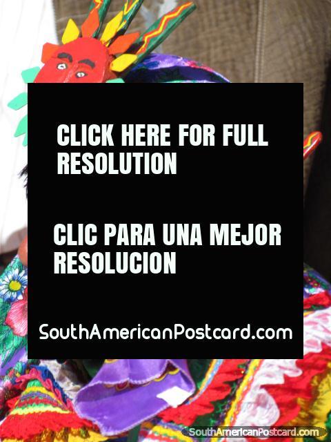 Indio Peruano en sombrero morado en Feria Patronal en Huamachuco. (480x640px). Perú, Sudamerica.