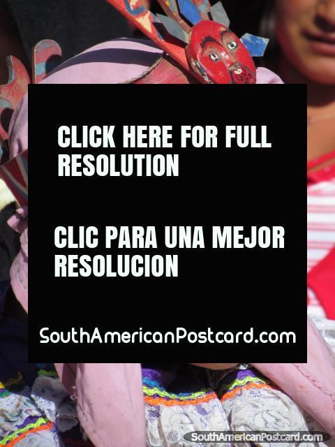 Vista de perto de ïndio em lenço de cabeça rosa em Feira Patronal em Huamachuco. (480x640px). Peru, América do Sul.