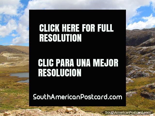 Una laguna y colina de la roca al lado del camino de Huamachuco a Shorey. (640x480px). Peru, Sudamerica.