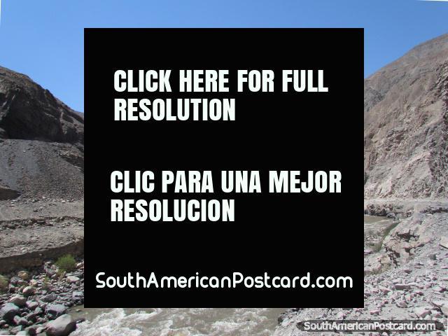 Nas montanhas de cascalho cinza e rochas denteadas a Caraz de Chuquicara. (640x480px). Peru, América do Sul.