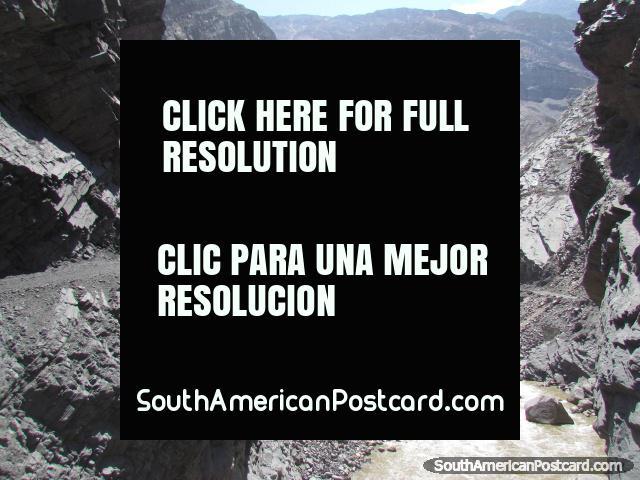 Río que corre en medio de terreno dentado gris y negro de Chuquicara a Caraz. (640x480px). Perú, Sudamerica.