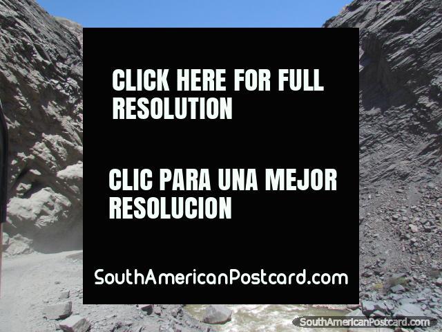 O caminho áspero e áspero, túneis e ponte entre Chuquicara e Caraz. (640x480px). Peru, América do Sul.