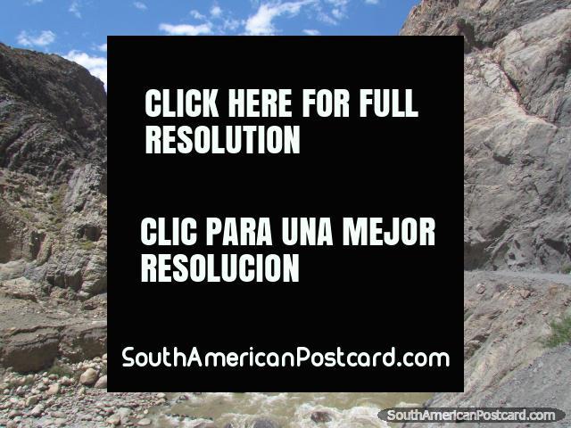 O terreno belamente feio, rio e montanhas de rocha entre Chuquicara e Caraz. (640x480px). Peru, América do Sul.