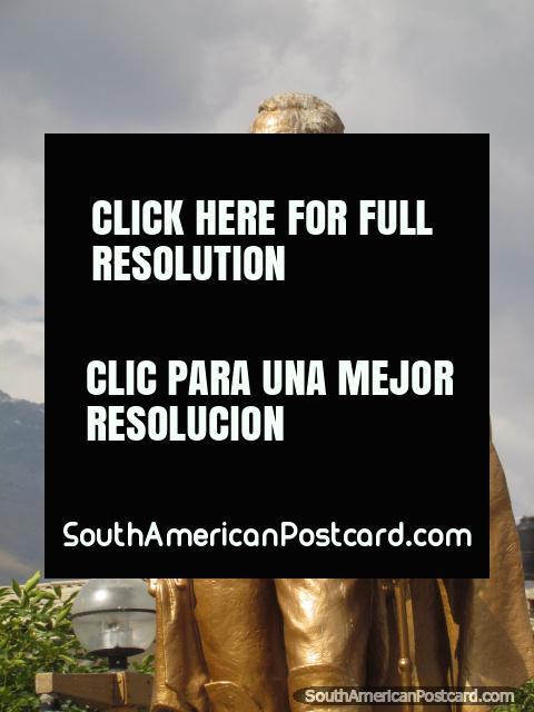 Monumento dourado de um homem em Praça de Armas, Huaraz. (480x640px). Peru, América do Sul.