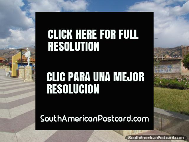 Pasaje peatonal agradable y parque con estatuas en Huaraz al lado del río. (640x480px). Perú, Sudamerica.