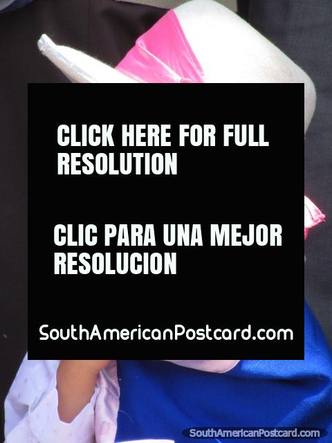 Moça com chapéu e fita rosa nas celebrações nas ruas de Huaraz. (480x640px). Peru, América do Sul.