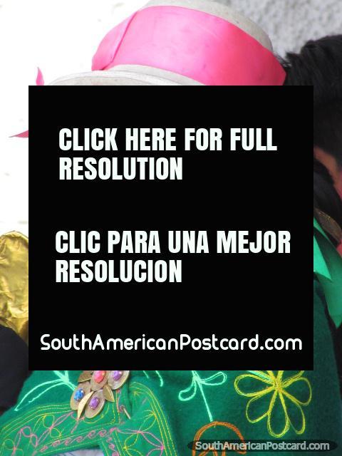 Bela mulher jovem em Huaraz com chapéu branco, faixa rosa e xale verde com flores. (480x640px). Peru, América do Sul.