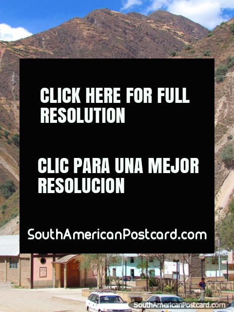 Pequena igreja rosa na cidade de Quichuas a meio caminho entre Huancayo e Ayacucho. (480x640px). Peru, América do Sul.
