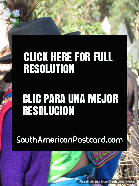 Mulher quéchua indïgena e bebê em mercados de Andahuaylas. (480x640px). Peru, América do Sul.