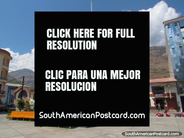 Plaza Micaela Bastidas en Abancay, colinas como telón de fondo. (640x480px). Perú, Sudamerica.