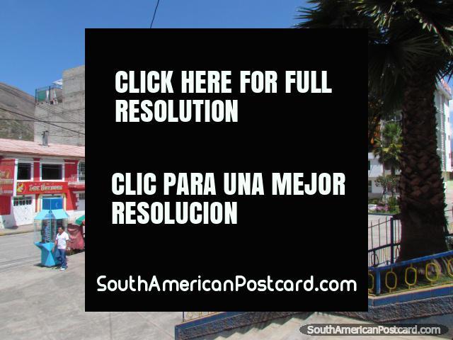 Lojas e hotéis em volta de Praça Micaela Bastidas em Abancay. (640x480px). Peru, América do Sul.